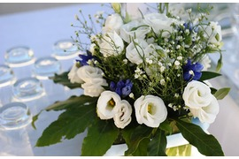 Table decoration in white and blue