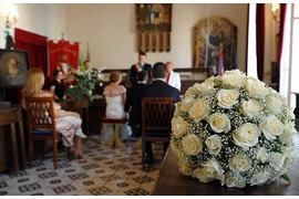 Decoration with ivory roses and baby breath for Amalfi wedding