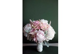 Bridal bouquet in pale pink hues