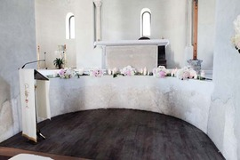 Altar decoration in white and pale pink for Ravello church