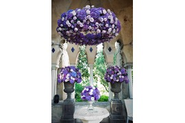 Floral decoration in purple tones for outdoor wedding ceremony in Ravello