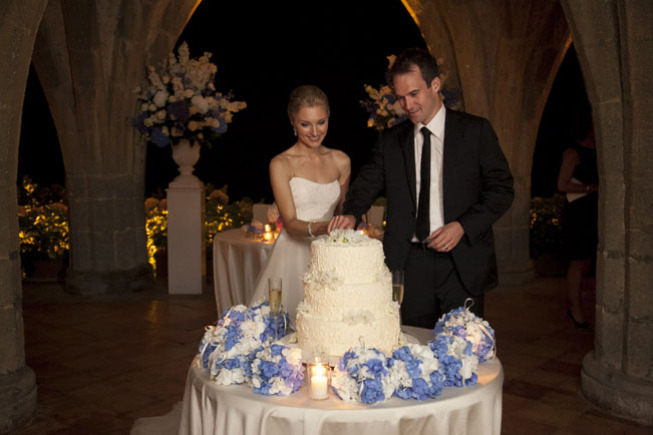 Cutting of the wedding cake in the crypt of Villa Cimbrone