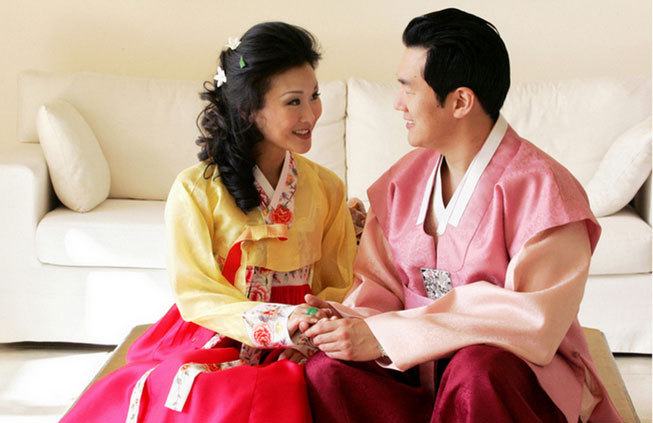 Bridal couple wearing traditional Chinese wedding gowns